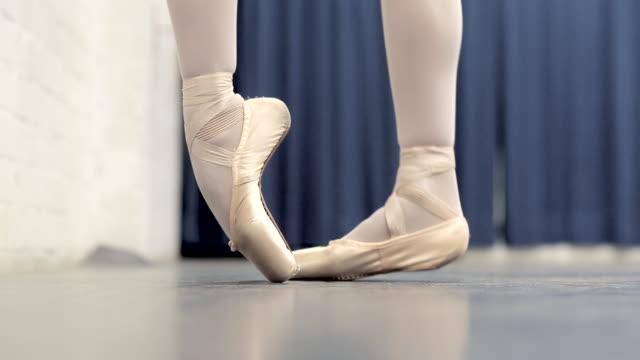 ballerina in the studio - ballettschuh stock-videos und b-roll-filmmaterial