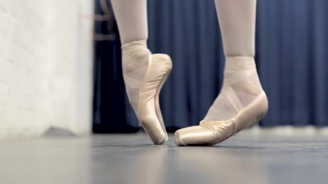 vídeos y material grabado en eventos de stock de ballerina in the studio - de puntas