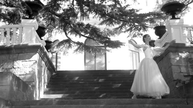 vídeos de stock, filmes e b-roll de bailarina no front porch de um belo parque - teatro clássico