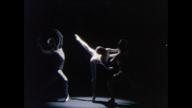 vidéos et rushes de montage ballerina performs pirouette with male dancers / uk - danseur de ballet