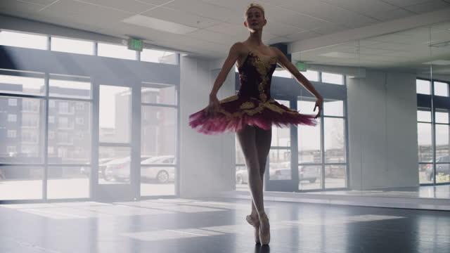 vídeos y material grabado en eventos de stock de ballerina practicing dancing en pointe in dance studio / lehi, utah, united states - lehi