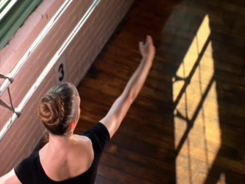 vídeos de stock e filmes b-roll de ballerina practicing pirouette - fotografia de três quartos