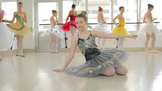 ballerina, die am boden - ballettstange stock-videos und b-roll-filmmaterial