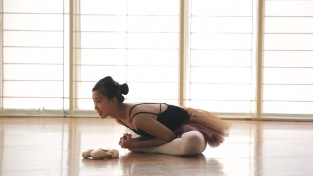 vídeos de stock e filmes b-roll de ws ballerina stretching in a dance studio. - body de ginástica