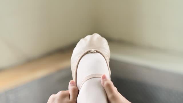 stockvideo's en b-roll-footage met ballerina stretching leg at barre - gympak