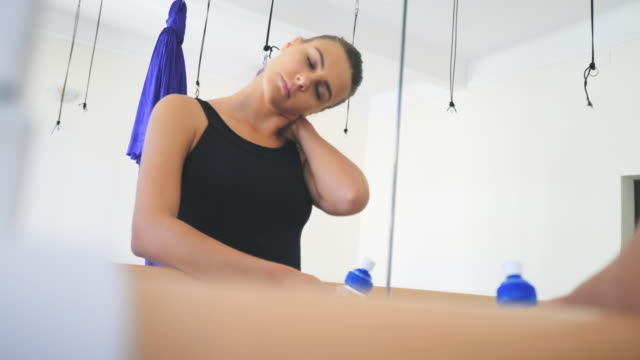 vídeos de stock e filmes b-roll de ballerina stretching. - dor no pescoço