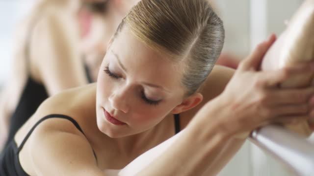 ballerina stretching - バレエ練習用バー点の映像素材/bロール