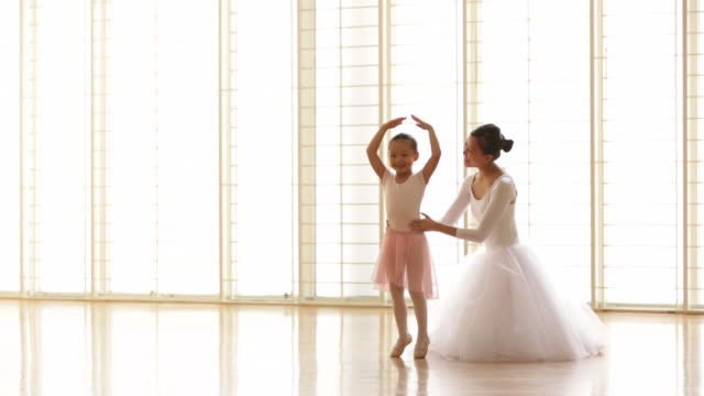 vídeos y material grabado en eventos de stock de ws ballerina teaching young girl how to dance. - ballet