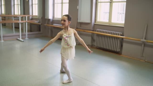 バレリーナ - バレエ練習用バー点の映像素材/bロール