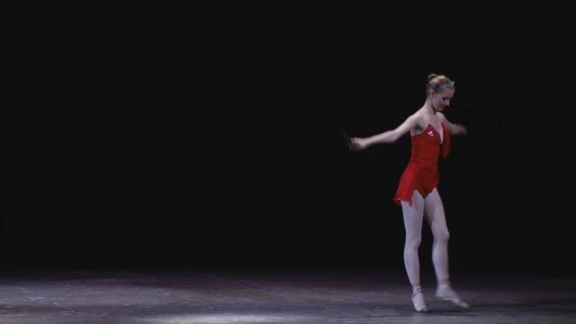 バレリーナ - ステージ点の映像素材/bロール
