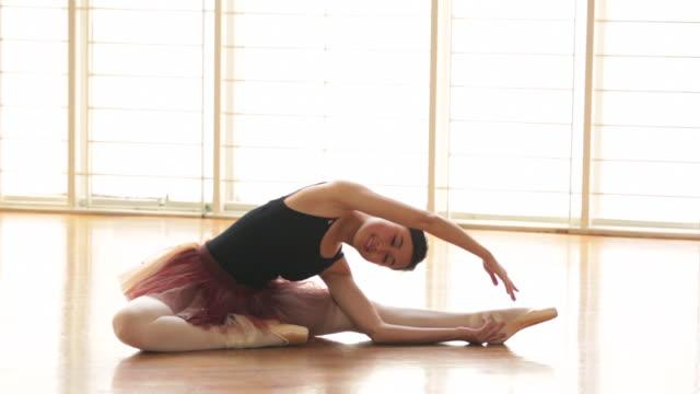 vídeos de stock e filmes b-roll de ws ballerina warming up before dancing. - body de ginástica