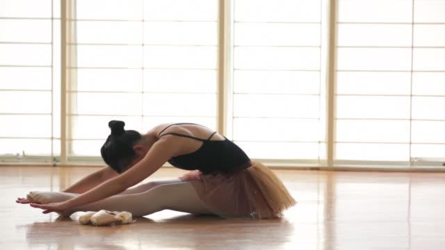 vídeos de stock e filmes b-roll de ws ballerina warming up in dance studio. - body de ginástica