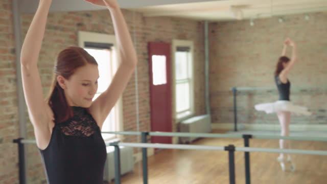 ballerina-aufwärmen - auf den zehenspitzen stock-videos und b-roll-filmmaterial