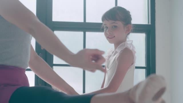 stockvideo's en b-roll-footage met ballerina's klas voor stretching stockvideo - gympak