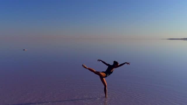 vídeos de stock, filmes e b-roll de bailarinas dançando no lago - arte, cultura e espetáculo