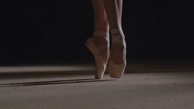 vidéos et rushes de ballerina's feet with point shoes - danseuse classique