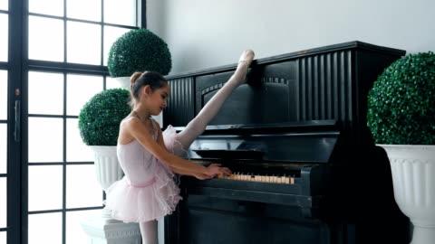 ballerinas flicka stretching - musikinstrument bildbanksvideor och videomaterial från bakom kulisserna