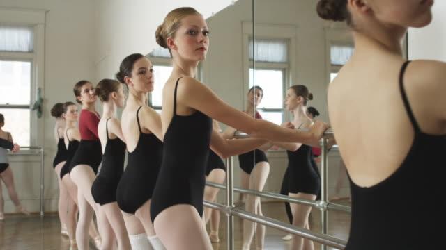 vidéos et rushes de ballerinas in a dance studio - danseur de ballet
