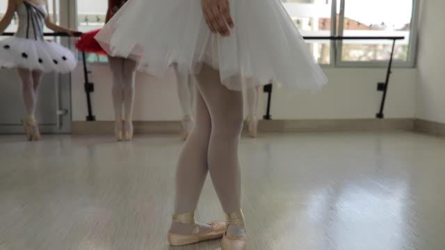 ballerinas im tanzstudio - ballettschuh stock-videos und b-roll-filmmaterial