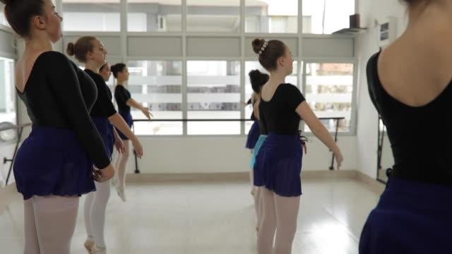 ballerinen herumspringen - auf den zehenspitzen stock-videos und b-roll-filmmaterial