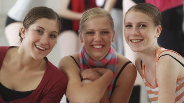 vídeos de stock, filmes e b-roll de ballerinas looking at camera - tempo real