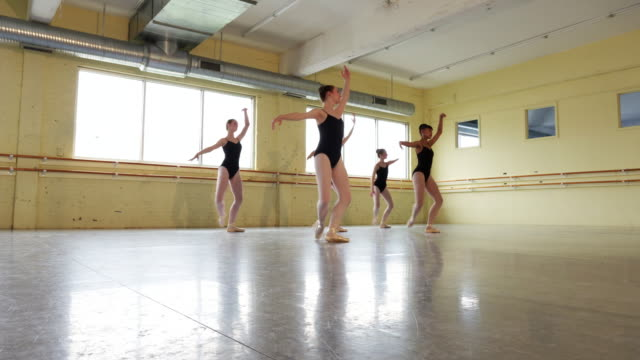 ballerinas practicing dance routine - auf den zehenspitzen stock-videos und b-roll-filmmaterial