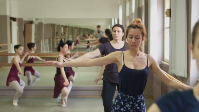 その柔軟性に取り組むバレリーナ - バレエ練習用バー点の映像素材/bロール