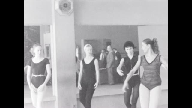 vídeos de stock e filmes b-roll de ballet class instruction in hollywood in the 1950's - body de ginástica