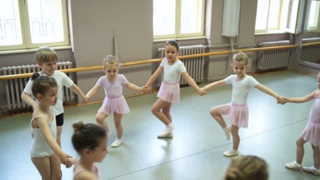 バレエクラス - バレエ練習用バー点の映像素材/bロール