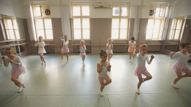 stockvideo's en b-roll-footage met ballet klasse - balletdanser