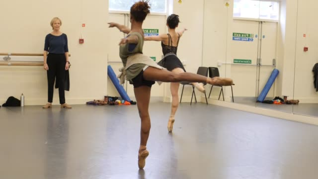 vídeos de stock, filmes e b-roll de company makes pointe ballet shows in varying skin tones for black and asian dancers uk london dancers from ballet black practising manywearing brown... - stage make up