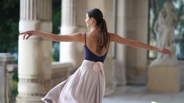 stockvideo's en b-roll-footage met ballet dancer amanda derhy performs ballet dance moves wears a blue leotard a flowing skirt ballerina shoes on march 31 2019 in paris france - balletdanser