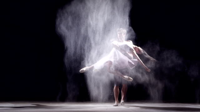 stockvideo's en b-roll-footage met ballet dancer couple - balletdanser