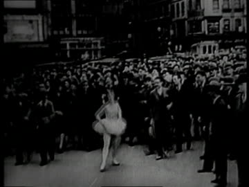 1930 montage ballet dancer dancing down the middle of the street with a crowd following her / new york, new york, united states - 1930 bildbanksvideor och videomaterial från bakom kulisserna