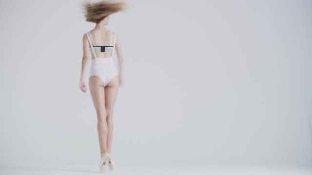 vídeos de stock, filmes e b-roll de ballet dancer dancing in studio performing pirouette on pointe - pirouette