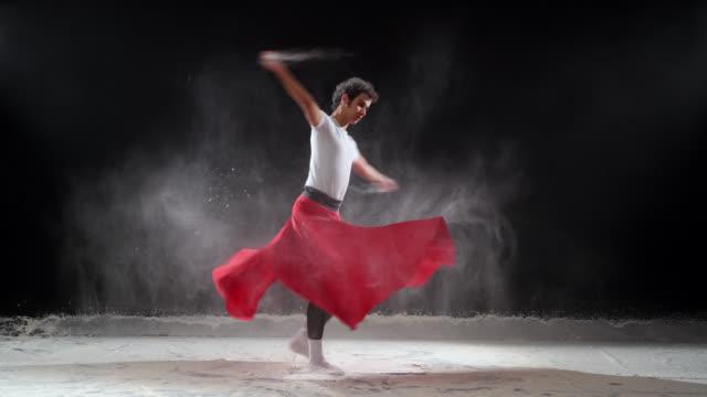 vídeos y material grabado en eventos de stock de bailarín de ballet clásico, baile con nieve polvo en el estudio. - vestido