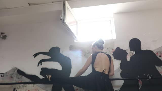 vídeos de stock, filmes e b-roll de dançarino de ballet no studio - cabelo verde