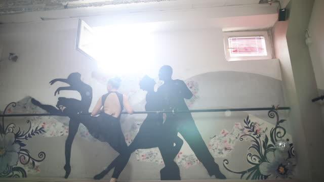 スタジオのバレエ ダンサー - バレエ練習用バー点の映像素材/bロール