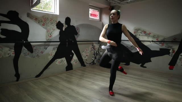 vídeos de stock, filmes e b-roll de dançarina de balé é o alongamento no estúdio - cabelo verde