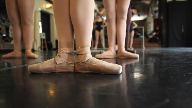 cu ballet dancer practicing ballet / chicago, illinois, usa - auf den zehenspitzen stock-videos und b-roll-filmmaterial