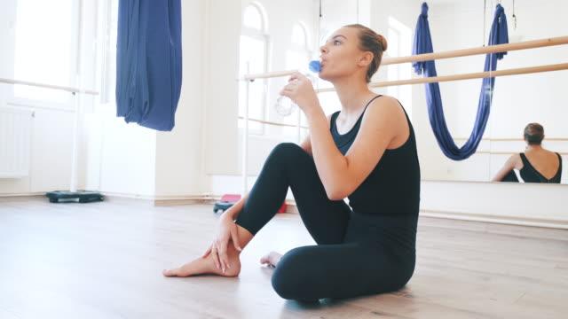 ballet dancer relaxing. - body abbigliamento sportivo video stock e b–roll