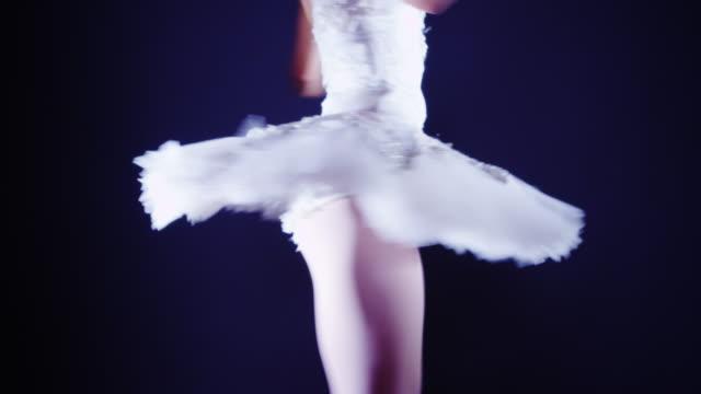 vídeos de stock e filmes b-roll de ballet dancer spinning around on tiptoes in tutu - andar em bico de pés