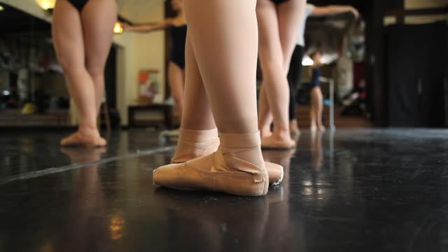 cu ballet dancers begin their class with going through various feet positions / chicago, illinois, usa - auf den zehenspitzen stock-videos und b-roll-filmmaterial