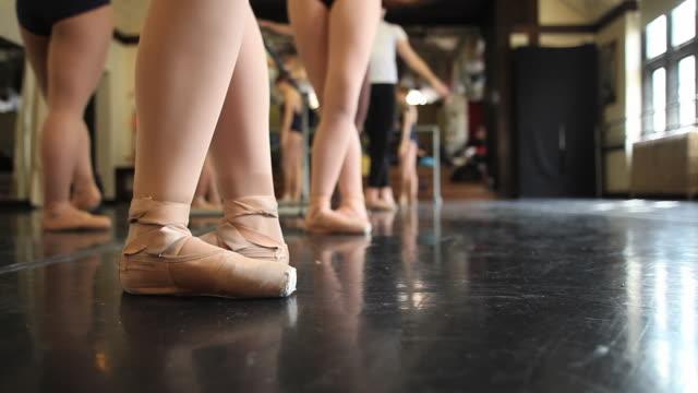 vídeos y material grabado en eventos de stock de cu ballet dancers begin their class with going through various feet positions / chicago, illinois, usa - de puntas