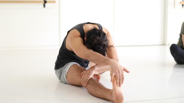 ballett-tänzer tun stretching übung in der klasse - ballett stock-videos und b-roll-filmmaterial