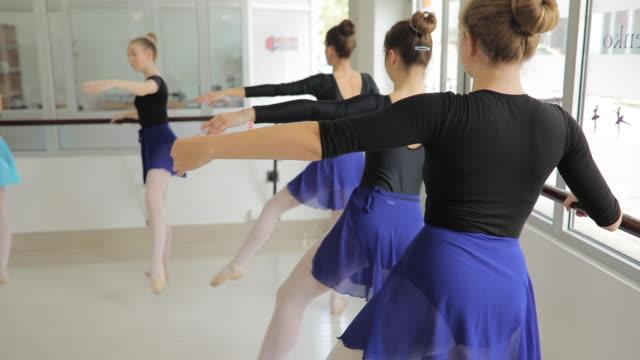 vídeos de stock, filmes e b-roll de bailarinas, exercitar-se no estúdio de dança - ballerina