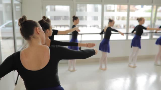 vídeos de stock e filmes b-roll de ballet dancers exercising - body de ginástica