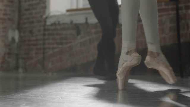ballet dancers feet rehearsing in dance studio - ballettstange stock-videos und b-roll-filmmaterial