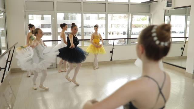 エレガントなドレスでバレエ ダンサー - レオタード点の映像素材/bロール