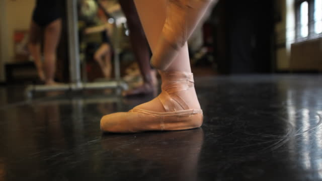 cu ballet dancers perform pointe work with various feet positions during class / chicago, illinois, usa - auf den zehenspitzen stock-videos und b-roll-filmmaterial